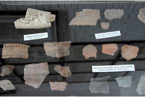 Под стеклом соседствуют настоящие древности и макеты жилищ наших предков.