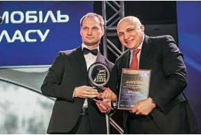 Олег Василевский из «AutoBild Украина» поздравил гендиректора «АВТ Бавария» Александра Тимофеева спобедой BMW 3 всреднем классе.
