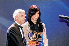 Маркетинг-менеджер Audi компании «Порше Украина» Людмила Руль получила приз заAudi S8 от Жана Батиста Пижона из «Интерконтиненталь Киев».
