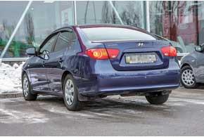Сзади пострестайлинговые версии можно отличить по хромированной декоративной накладке на крышке багажника (до2010года она была окрашена вцвет кузова).