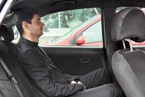 На галерке за высоким водителем устроится такой же рослый человек. Удобству среднего пассажира способствует небольшой центральный тоннель кузова. Однако по ширине троим людям среднего телосложения будет тесновато.