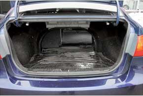 «Походный» объем грузового отсека Elantra в 415 л средний по сравнению с конкурентами – 405 л у Chevrolet Lacetti и 460 л уNissan Almera Classic. Кроме того, при необходимости багажник можно увеличить, сложив задние сиденья.