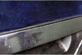 Со временем хром на радиаторной решетке пострестайлинговых версий облезает из-за химических присадок впене прибесконтактной мойке илиприпопадании мелких камней.