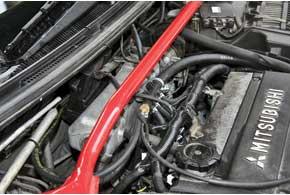 Для оптимальной по времени подачи газа вцилиндры, от которой зависят реакции на нажатие педали акселератора, форсунки разместили максимально близко квпускным клапанам.