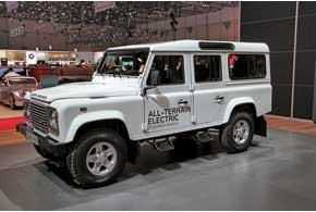 Land Rover всвоем стиле: даже электрический концепт Defender перед выставкой загнали вводоем глубиной 80 см.