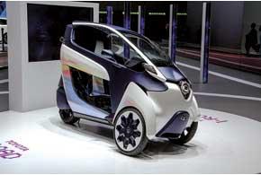 Концептуальный мини-электромобиль Toyota i-Road способен на своих трех колесах перевезти двух человек. Вповоротах автомобиль наклоняется, как мотоцикл. Накаждом из двух передних колес – по электромотору мощностью 2,7 кВт.Они разгоняют i-Road до45км/ч.