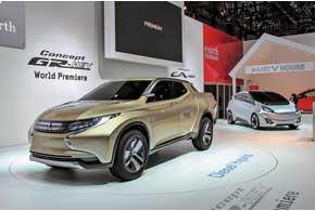 Стенд Mitsubishi – «экологически чистый»: гибридный концептуальный пикап GR-HEV и городской электромобиль будущего CA-MiEV с максимальным пробегом на одной зарядке в 300 км.