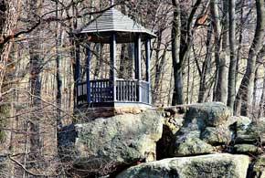 Справа от главной аллеи, на Тарпейской скале, расположена деревянная беседка, установленная в 1839 году.