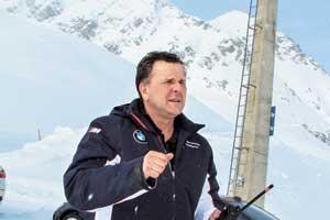 Фриц Хаммеранд, офицер полиции Мюнхена без значка и пистолета. Подрабатывает инструктором в школе BMW.