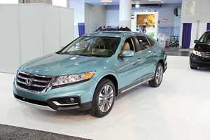 Обновленная Honda Crosstour отличается от предшественницы оформлением передней части кузова и опциями.
