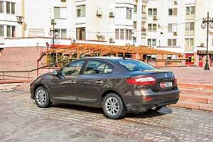 Сбоку и сзади Renault Fluence 2013 модельного года отличить от предшественника можно благодаря новым колесным дискам.