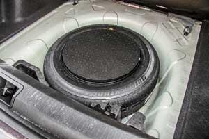 Под полом можно найти полноразмерное запасное колесо, там находится также инструмент дляего замены.