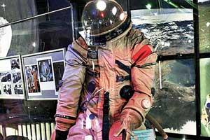 Один из образцов скафандра для выхода в открытый космос оборудован жидкостным обогревом.