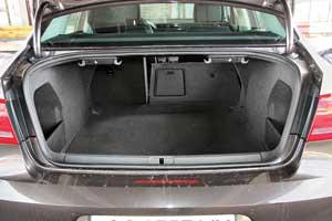 Багажник седана позволяет загрузить от 565 до 1090литров поклажи. Но в дизельном «Пассате» свой груз вы сможете за одну заправку отвезти на363 км дальше.