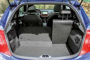 Багажник ничем неотличается отобычного Peugeot 208. Подполом – полноразмерное запасное колесо 205/45 R17! У конкурентов, как правило, в подполье помещается только докатка.