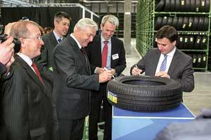 Представители местной власти, компании Michelin и французского посольства в честь открытия комплекса подписали первую – символическую – шину.