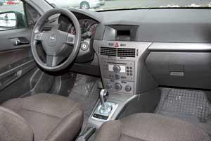 За счет гладкого пластика отделки и рубленых форм деталей салон Astra выглядит проще. Хотя сам пластик качественный и нескрипучий. Шумоизоляция моторного отсека слабовата, отмечены проблемы с водительской airbag.