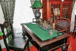 На покрытом зеленым сукном столе писатель работал надпроизведениями, сделавшими его классиком литературы.