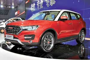 Компактный SUV Haval H2 (длина 4,3 м) оснащен 150-сильным 1,5-литровым бензиновым мотором и 6-ступенчатой «механикой». Привод на выбор – моно- или полный.