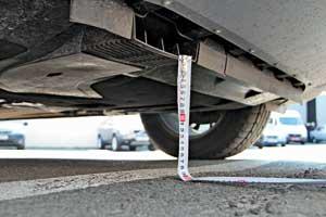 Под передним бампером – воздухозаборник для охлаждения турбины двигателя. Отземли до него – 190 мм, так что о бровку он не повредится, но не факт, что выдержит в глубокой колее, а в снегу или песке сразу не забьется.
