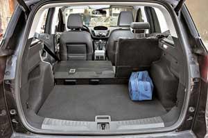 Багажник стал более вместительным, прибавив 46литров при загрузке под шторку, но«докатка» позаимствовала 50л отобъема европейской версии в456 л.