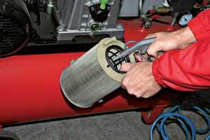 Автовладельцы часто недооценивают важность своевременной замены воздушного фильтра. Желая сэкономить, они либо пытаются продлить срок службы фильтра, продувая его сжатым воздухом, либо продолжают ездить с грязным очистителем воздуха.
