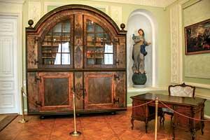 Интерьеры дворца впечатляют богатой отделкой, оригинальной мебелью искульптурами древних богинь.