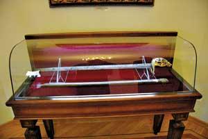 Палаш – разновидность холодного оружия и еще один символ власти – был передан в экспозицию наследниками Разумовского. Его подарила гетману царица Елизавета.