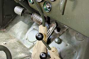 Со времен «Виллиса» такая трансмиссия считается классической: жестко подключаемый передниймост, понижающая передача в «раздатке».