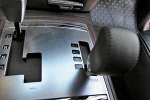 Если трансмиссия вашего SUV позволяет управлять режимами привода, то для езды по асфальту лучше принудительно выбрать режим 2WD.