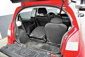 По сравнению с конкурентами багажник С2 – один из наименьших – 166/880л против 270/950л у Ford Fiesta, 255/975л у Hyundai Getz и 205/305/950 у Toyota Yaris. Зато его функциональность повышает двухстворчатая крышка багажника со встроенным бардачком.
