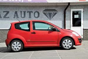 Оригинальное решение в оформлении боковой части автомобиля– заниженная по отношению кпередним линия задних стекол, чтовизуально разделяет машину на две половины.