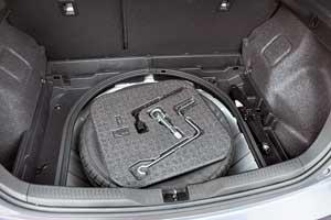 Полноразмерное запасное колесо вУкраине предлагается для всех «Аурисов» независимо от мотора икомплектации.