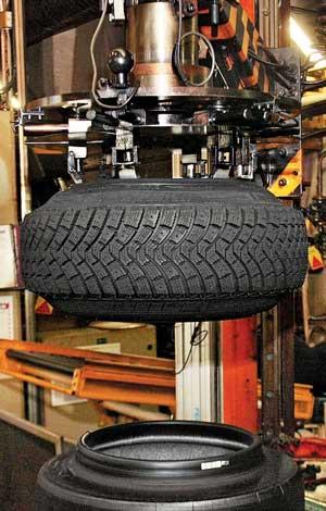Готовую шину из пресс-формы извлекает манипулятор. Отсюда первым делом –  на пост контроля.