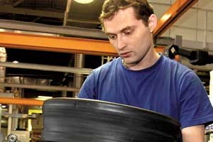 Сборка шины – самая сложная иответственная операция. Перед механической закаткой краев еще раз проверяется правильность расположения всех слоев.