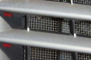 Защитная сетка под решетку радиатора – очень важный элемент, предохраняющий радиатор-конденсор от засорения насекомыми, мусором и от повреждений камнями. Эту сетку никто из производителей неустанавливает, поэтому такую защиту придется придумать, сделать и установить самостоятельно.
