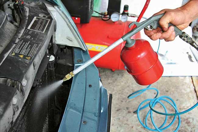Чистим соты радиатора-конденсора с помощью струи сжатого воздуха или струи воды невысокого давления (подпрямым углом кплоскости радиатора для лучшей чистки и во избежание деформации сот).