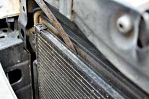 Рихтуем соты радиатора-конденсора (если они деформированы) с помощью пинцета или другого удобного инструмента.