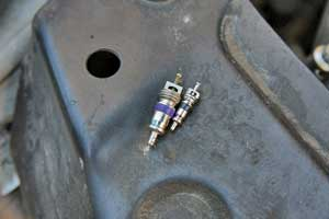 Золотник «кондишина» больше, чем колесный, но тоже может потерять герметичность.