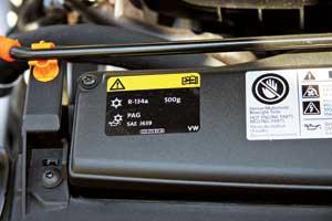 Информация о типе хладагента, требуемом его количестве и марке масла часто размещается на специальной табличке в моторном отсеке автомобиля с кондиционером или системой климат-контроля.