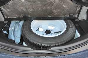 Полноразмерное запасное колесо заметно увеличивает погрузочную высоту и съедает часть полезного объема багажника. Тем не менее он почти на 100литров больше, чем у предшественника.