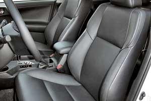 Длинная подушка обеспечивает прекрасную поддержку для ног водителя. Электропривод регулировок предложен только всамом дорогом исполнении.