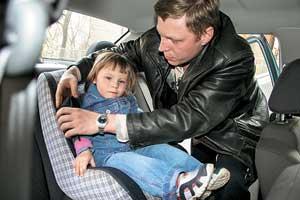 Если вы едете с детьми, они должны сидеть пристегнутыми в детских автокреслах.
