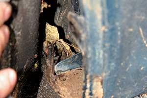 Не привыкли чистить дренажные каналы и их полости, где собирается мусор – вам обеспечены проникновение воды в салон и коррозия кузовных деталей.
