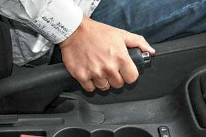 Если в зимнее время ваш механический ручник отказывался работать, а с приходом тепла вернулся «к жизни», пора демонтировать его для замены или сушки и смазки. Иначе эту деталь полностью «съест» коррозия.