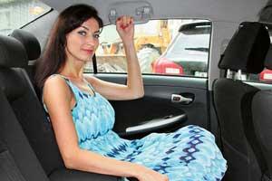 Удобство посадки среднего пассажира галерки повышает ровный пол, а у хэтчбеков – еще и регулируемые спинки сидений. Запаса места для ног инад головой хватит даже высоким людям.