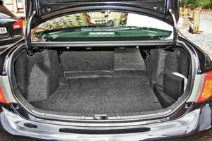 Багажник седана Corolla объемом 450 л средний по сравнению сконкурентами: у Honda Civic – 389 л, у Ford Focus и VW Jetta – 525л. Можно увеличить его, сложив задние сиденья.