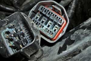 Встречаются авто, у которых нет защитного кожуха на электроразъеме подключения переднего датчика удара и температуры окружающей среды. Современем контактывыгнивают.