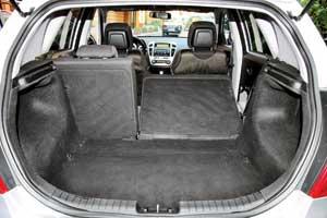 «Походный» объем багажников у хэтчбеков одинаковый – 340л, но при сложенных задних креслах из-за разной формы кузовов лидирует «5-дверка» – 1300 л против 1130 л соответственно.