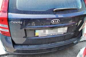 Крышка багажника часто ржавеет.  Из-за плотной посадки вытирается краска иржавеет металл вокруг стоп-сигнала и накладки над номерной нишей.